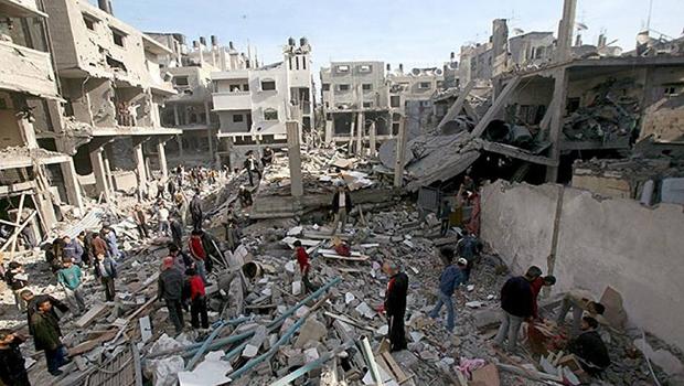 Palestino chora na Faixa  de Gaza após um ataque: quando virá a paz à região?