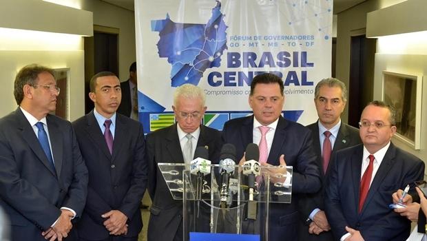 Governadores e ministro Mangabeira Unger: convergência de forças   Foto:  Eduardo Ferreira