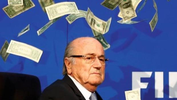 Comediante invade entrevista e joga dinheiro em Blatter