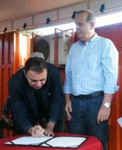 Luis Cesar Bueno assina ordem de serviço ao lado de Paulo Garcia   Foto: Marcello Dantas/Jornal Opção Online