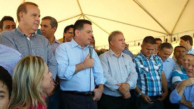 Marconi Perillo, ao microfone, rodeado de autoridades da Região Metropolitana | Foto: Reprodução/Twitter