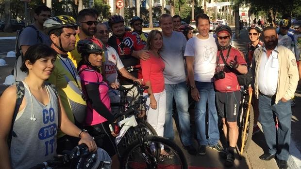 Prefeito Paulo Garcia (PT) posa para foto durante lançamento da ciclofaixa   Foto: Alexandre Parrode