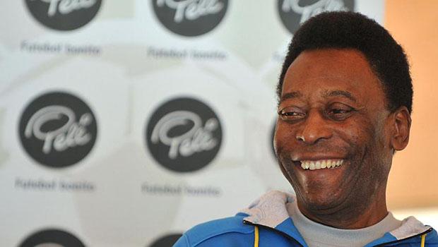 Pelé volta a ser internado em São Paulo