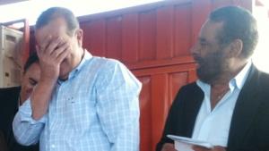 Paulo Garcia cobre o rosto após errarnome de aliado pela segunda vez | Foto: Marcello Dantas/Jornal Opção Online