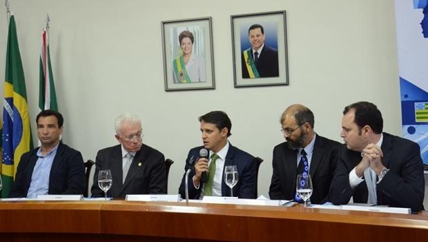 Ministro Mangabeira Unger e o secretário Thiago Peixoto: madrugaram e surpreenderam os próprios assessores