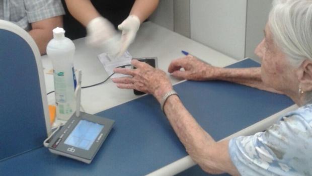 Aos 101 anos, tia de Marconi faz recadastramento biométrico