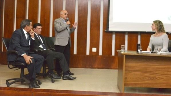 Deputados Nédio Leite (PSDB), José Vitti (PSDB) e o presidente Hélio de Sousa (DEM), durante evento | Foto: Carlos Costa