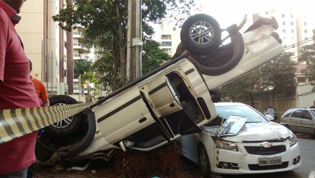 Caminhonete capota após perseguição policial em Goiânia