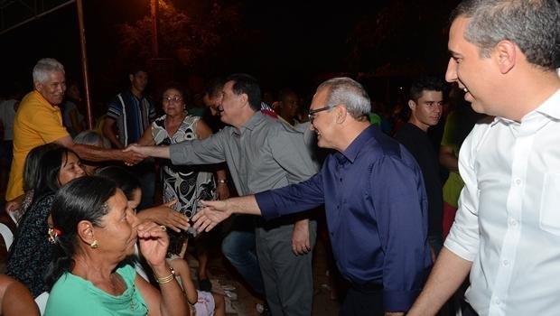 O governador Marconi Perillo, o prefeito Jânio Darrot e o vice-governador, José Eliton, cumprimentam populares que participaram da reunião | Foto: Mantovani Fernandes