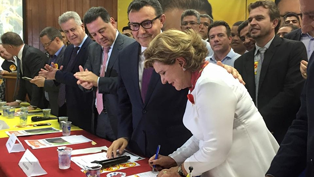 Senadora Lúcia Vânia durante assinatura de ficha de filiação | Foto: PSB Goiás/ Facebook