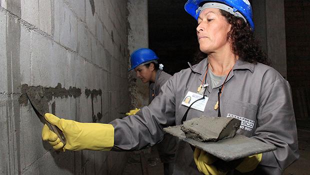 Mulheres trabalham cinco horas a mais e ganham 76% do salário dos homens