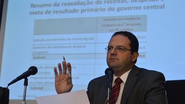 Barbosa diz que governo não errou ao enviar Orçamento com déficit