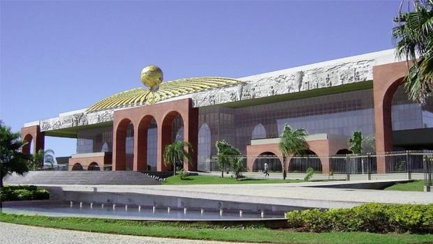 A estrutura do Executivo tocantinense tem 19 secretarias, além das agências e autarquias. Para o líder Paulo Mourão, bastariam 10 pastas