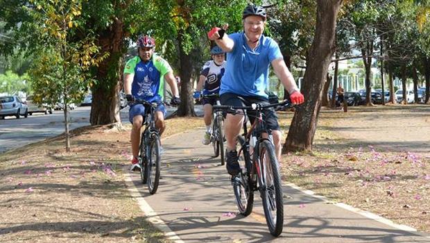Paulo Garcia e primeira-dama receberam dicas de como pedalar na capital | Foto: Divulgação/Bike Anjos Goiânia