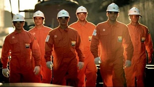 Servidores da Petrobras decidem entrar em greve