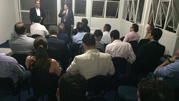 Flávio Buonaduce recebe advogados em seu novo escritório de trabalho