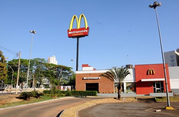 Fachada do McDonald's na antiga Praça do Ratinho -- vai virar prédio | Foto: Renan Accioly / Jornal Opção