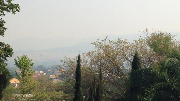 Parque Altamiro de Moura Pacheco fica quase invisível com fumaça   Foto: Ana Clara Lima/Leitora