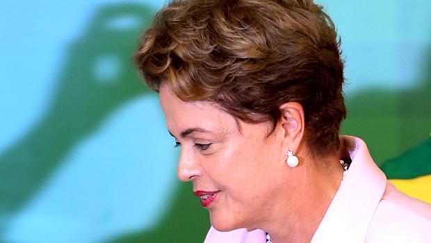 Dilma Rousseff está acuada em um momento em que o Brasil vive uma crise econômica, política e ética