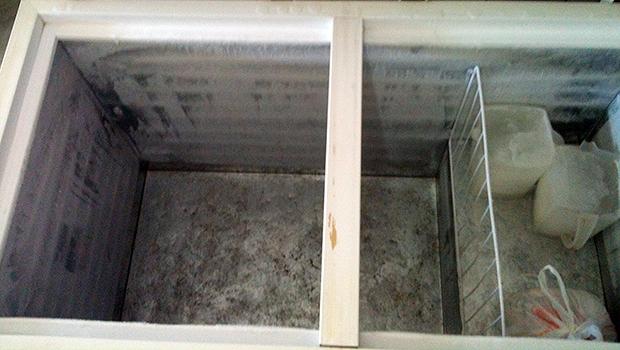 Um dos dois freezers vazios na cozinha da Escola Abrão Rassi | Foto: Marcello Dantas