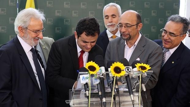 Deputado Glauber assina ficha de filiação   Foto: Antonio Augusto/ Câmara dos Deputados