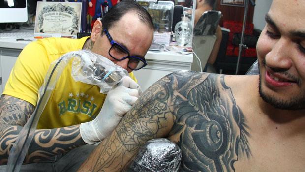 Vetada lei que exige cartaz sobre tatuagem definitiva em Goiás