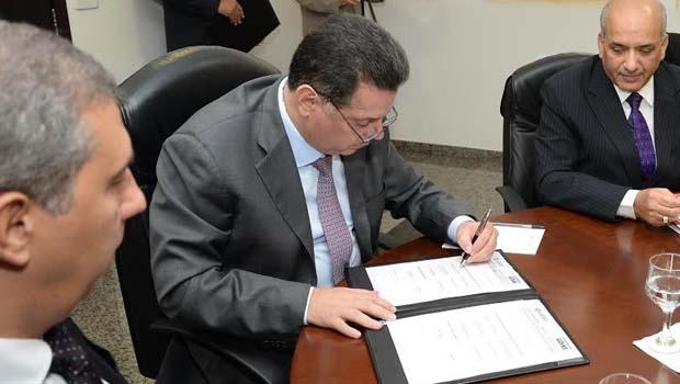 Governador firmou parcerias com multinacionais, nesta quarta-feira, em solenidade no Palácio Pedro Ludovico Teixeira | Foto: Wagnas Cabral