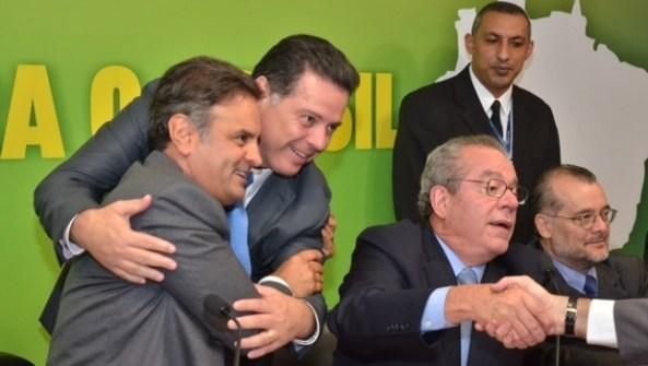 Marconi cumprimenta o senador e presidente do partido, Aécio Neves | Foto: Eduardo Ferreira