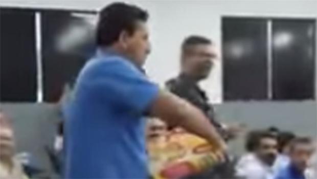 Homem atira pizza em vereadores durante sessão que absolveu acusados de improbidade