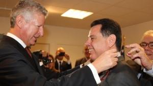 Governador recebe a Comenda da Ordem da Coroa da Bélgica das mãos do ministro | Foto: Wagnas Cabral
