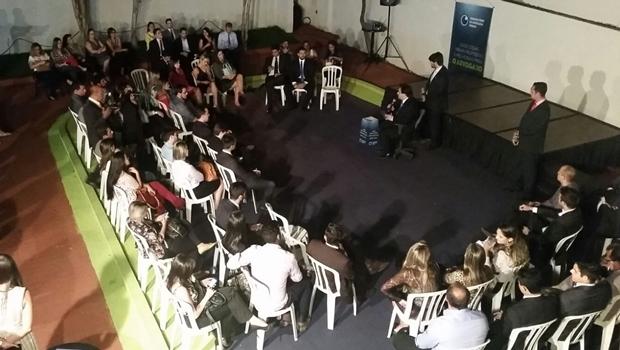 Jovens participam de debate sobre advocacia com Flávio Buonaduce