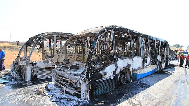 Seis ônibus do Eixo Anhanguera foram queimados em protesto na Região Oeste da capital | Wesley Costa