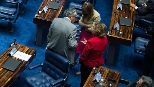 Senador Ronaldo Caiado e Lúcia Vânia discutem medida com a senadora Vanessa Grazziotin | Foto: Fabio Rodrigues Pozzebom /Agência Brasil