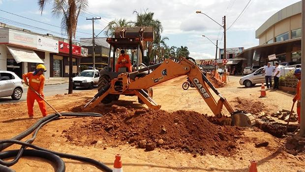Operários realizam preparação da via para o asfaltamento