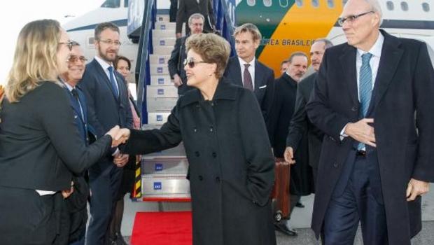 Presidente Dilma Rousseff desembarca em Estocolmo e recebe cumprimentos na chegada ao Aeroporto de Arlanda | Foto: Agência Brasil