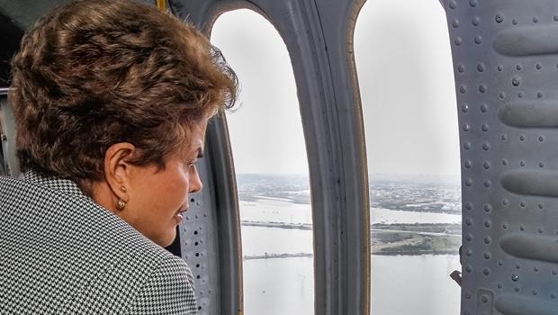 Presidente Dilma Rousseff durante sobrevoo às regiões afetadas pelas chuvas no Rio Grande do Sul   Foto: Roberto Stuckert Filho/PR