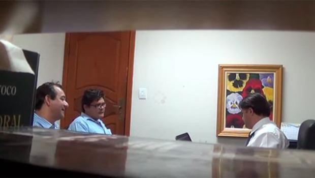 2 jornalistas são presos ao tentar extorquir conselheiro do Tribunal de Contas do Estado. Veja o vídeo