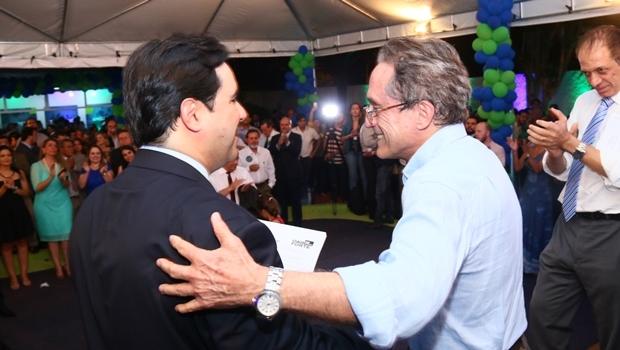 Flávio Buonaduce cumprimenta Aldo Arantes: chapa da OAB Forte formatada   Foto: Fernando Leite / Jornal Opção