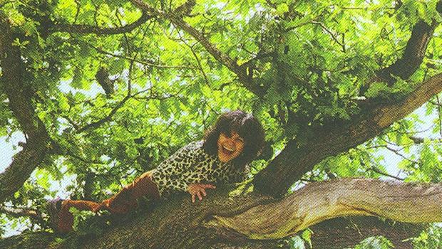Adulta, Marina Chapman sobe numa árvore, com extrema facilidade, para mostrar como fazia quando convivia com macacos-pregos na selva