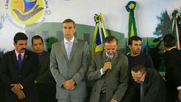 """Anselmo Pereira chama José Eliton de """"José Wellington"""" e governador em exercício ri"""