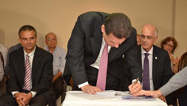 Sob olhar de Orlando do Amaral, Marconi assina termo de doação de área | Eduardo Ferreira/Agecom