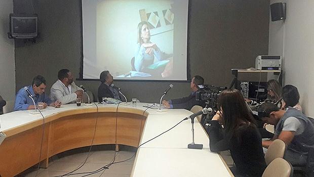 Despachante Carla Naciff confere vídeo em que foi flagrada | Foto: Thais Barbosa/Divulgação