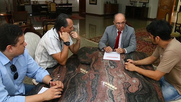 """Advogado Felicíssimo Sena fala aos editores Elder Dias e Cezar Santos e ao repórter Frederico Vitor: """"No Brasil, essa multipartidarização, o excesso de pequenos partidos comprando e vendendo, é um erro"""""""