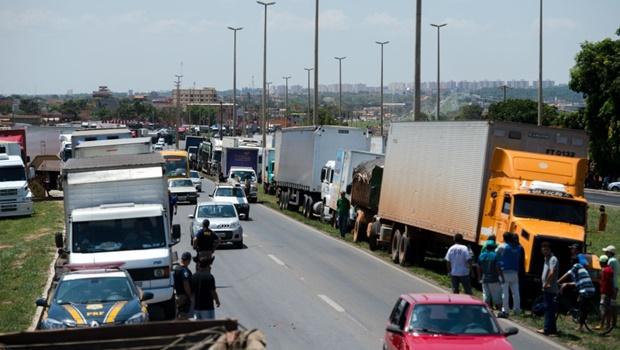 Em Goiás, caminhoneiros interditam BR-364