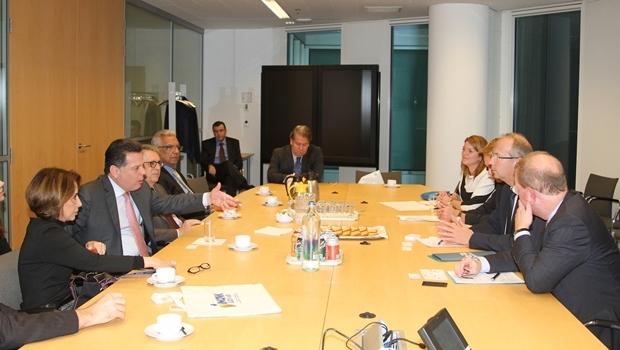 Governador Marconi Perillo e secretária Raquel Teixeira em reunião com o Ministro da Educação e Cultura da Holanda | Foto: Marcos Villas Boas