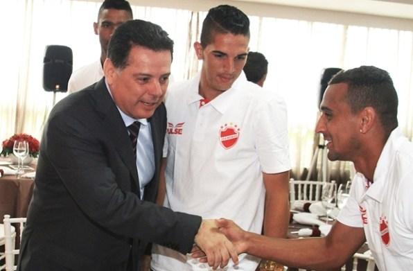 Marconi cumprimenta jogadores | Foto: Wagnas Cabral
