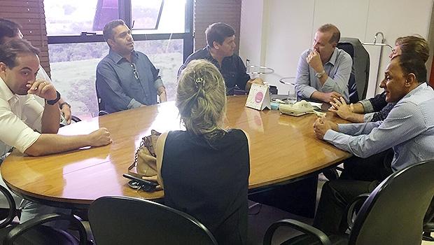 Samel Belchior (esq), Bruno Peixoto e o prefeito Paulo Garcia, em reunião no Paço | Divulgação