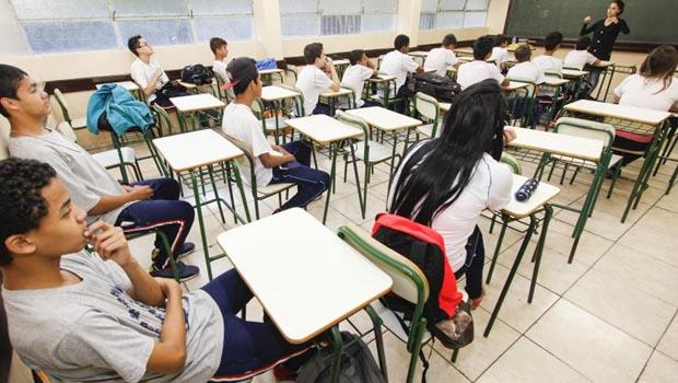 Volta às aulas na rede estadual de Goiás com ameaça de greve dos professores
