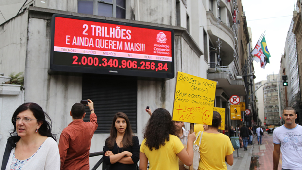 Pela primeira vez na história, Impostômetro chega a R$ 2 trilhões