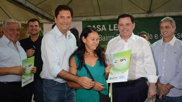 Prefeito Maguito Vilela e governador Marconi Perillo entregam escrituras em Aparecida de Goiânia | Foto: Mantovani Fernandes